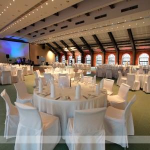 Fotografia eventowa, sala balowa wystrojona w bieli