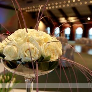 Fotografia eventowa, bukiet białych róż na sali bankietowej