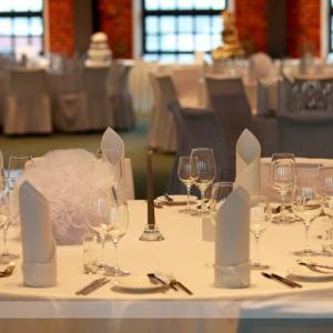 Fotografia eventowa, widok stolika wystrojonego na biało