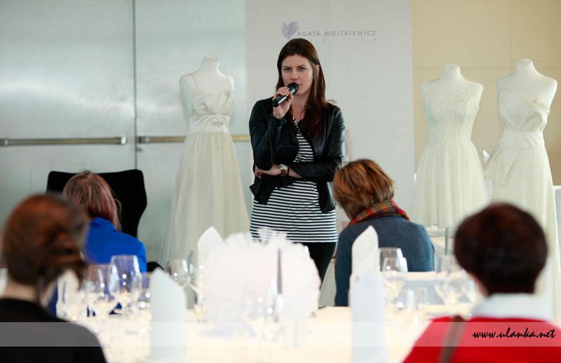 Fotografia eventowa, bankiet z sukniami ślubnymi w tle