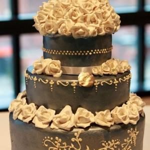 Fotografia eventowa, zdjęcie trzy poziomowego tortu z wystrojem białych róż