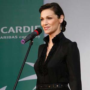 Fotografia eventowa, przemówienie kobiety w czarnym stroju