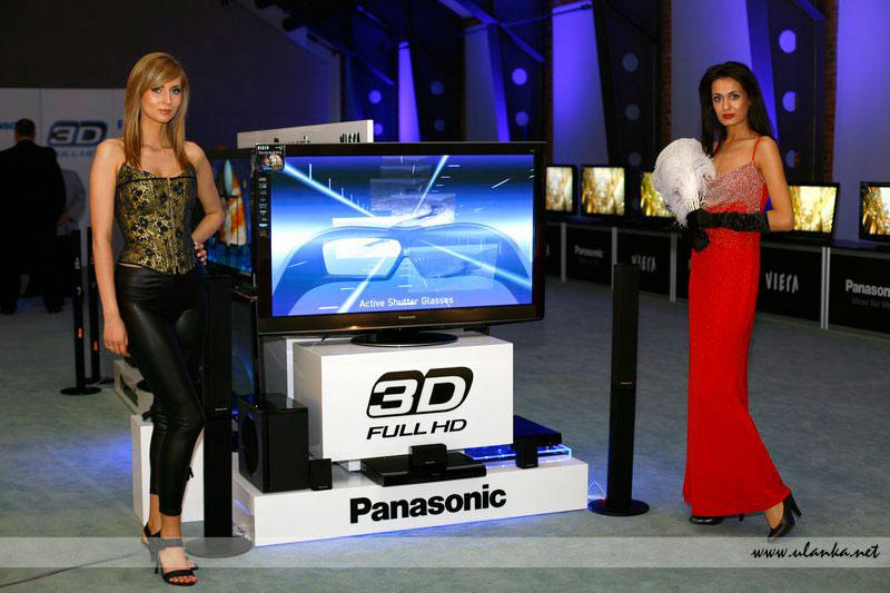 Fotografia eventowa - dwie hostessy prezentujące telewizor Panasonic