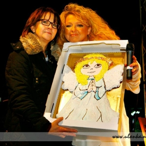 Fotografia eventowa, Magda Gessler trzymająca rękodzieło z aniołkiem