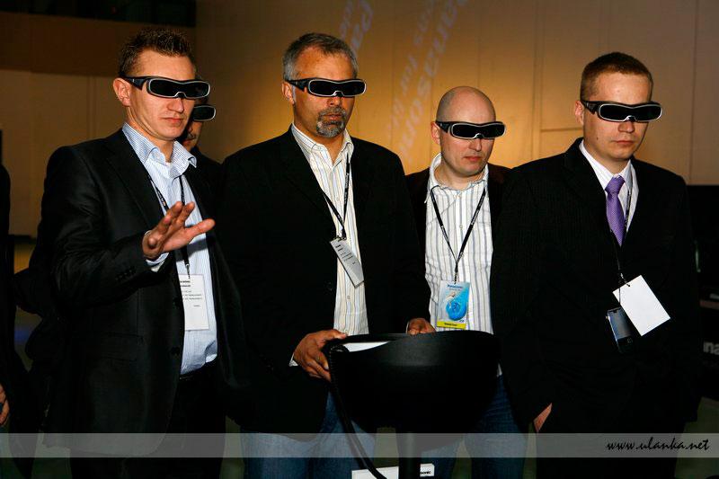 Fotografia eventowa, czterech mężczyzn w okularach 3D testujących sprzęt TV