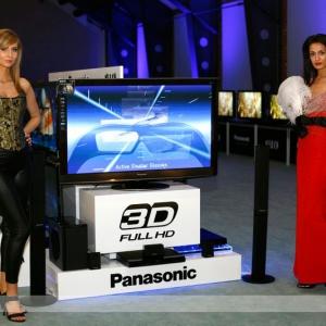 Fotografia eventowa, dwie hostessy reklamujące telewizor Panasonic 3D full HD