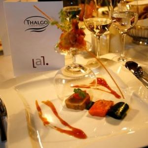 Fotografia eventowa, widok stołu bankietowego i wizytówka Thalgo