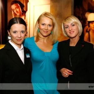 Fotografia eventowa, trzy piękne kobiety pozujące do zdjęcia podczas eventu