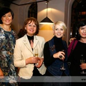 Fotografia eventowa, cztery kobiety pozujące do zdjęcia podczas eventu