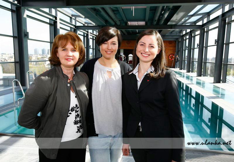 Fotografia eventowa, trzy kobiety pozujące w budynku hotelowym z basenem