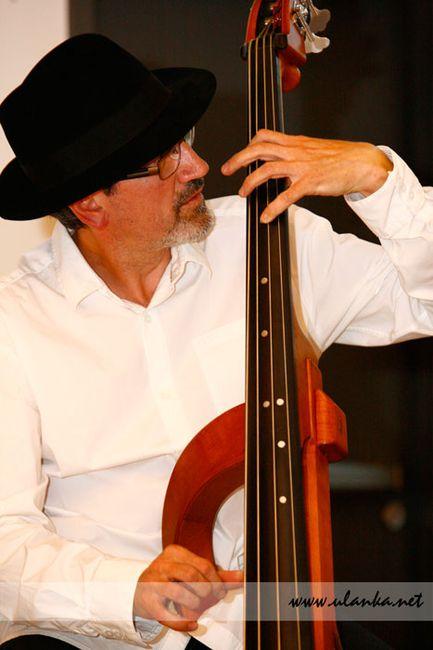 Fotografia eventowa, muzyk w kapeluszu grający na kontrabasie