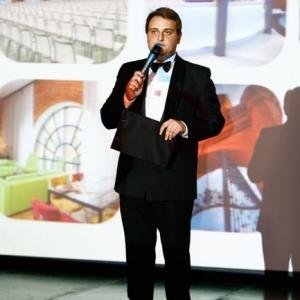 Fotografia eventowa, mężczyzna przemawiający na uroczystości