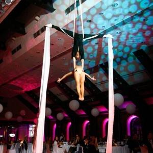 Fotografia eventowa, występ akrobatyczny na taśmach mężczyzny i kobiety