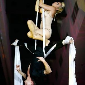 Fotografia eventowa, para akrobatów podczas występu na taśmach