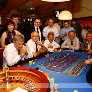 Fotografia eventowa, bankiet w kasynie przy stole z ruletką