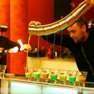 Fotografia eventowa. barman nalewający drinki na imrezie