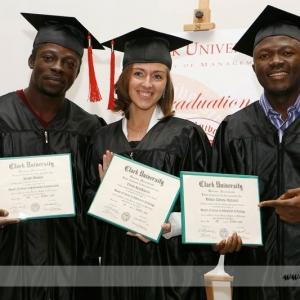Fotografia eventowa, trójka studentów z dyplomami
