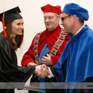 Fotografia eventowa, studentka dziękująca dwójce profesorów