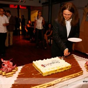 Fotografia eventowa, mężczyzna krojący tort
