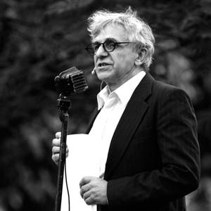 Fotografia eventowa, męczyzna przemawiający na uroczystości, czarno-białe zdjecie