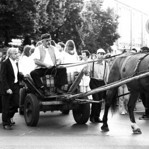 Fotografia eventowa, czarno białe zdjęcie, ludzie jadący furmanką