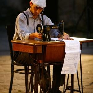 Fotografia eventowa, przedstawienie teatralne, człowiek przy maszynie do szycia