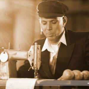 Fotografia eventowa, przedstawienie teatralne, mężczyzna przy maszynie do szycia