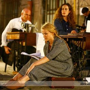 Fotografia eventowa, trójka aktorów podczas przedstawienia teatralnego