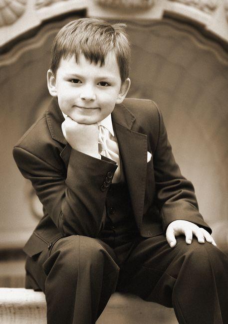 Fotografia komunijna - chłopiec siedzący z podpartą głową