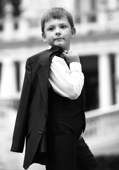 Fotografia komunijna - chłopiec z z marynarką przerzuconą przez ramię