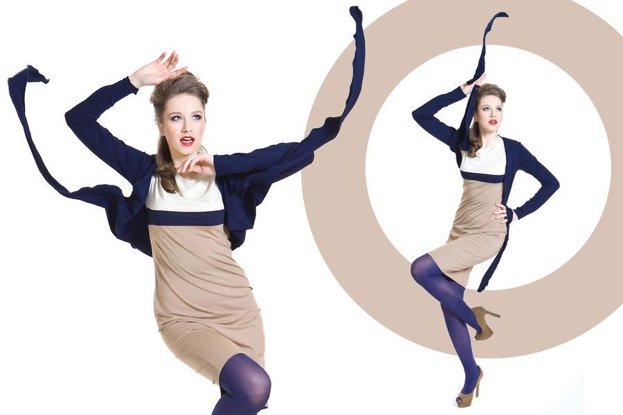 Fashion, modelka w ruchu w granatowym sweterku