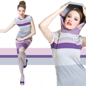 Fotografia modelki w sukience w paski z kapturem