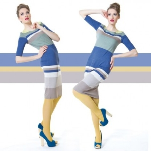 Fotografia mody, modelka w niebieskiej sukience w paski