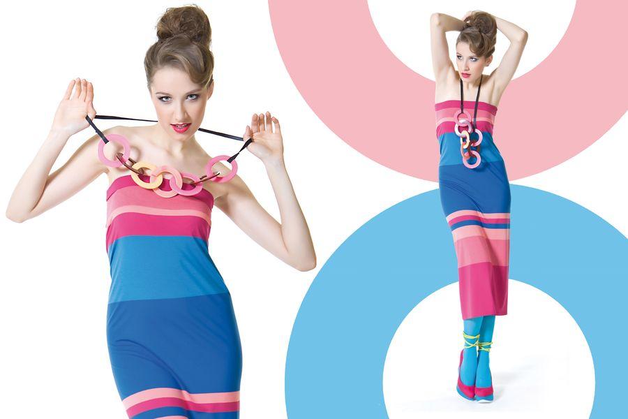 Fotografia mody, modelka w niebiesko różowej sukience