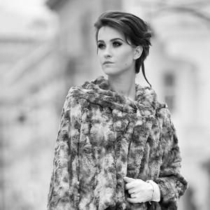 Fashion, czarno białe zdjęcie modelki w futerku
