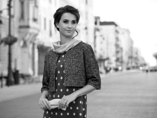 Fotografia mody, czarno-białe zdjęcie pięknej modelki w żakiecie