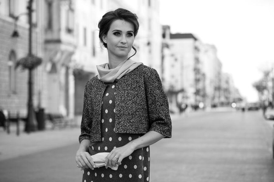 Fotografia mody, czarno białe zdjęcie pięknej modelki w ciemnym żakiecie
