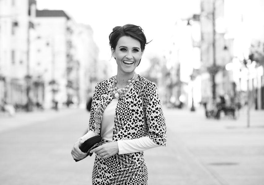 Fotografia mody, czarno białe zdjęcie pięknej uśmiechniętej modelki w jasnym żakiecie