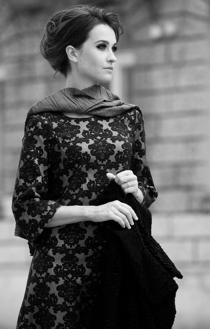 Fotografia mody, czarno białe zdjęcie pięknej modelki w czarnej koronkowej sukience