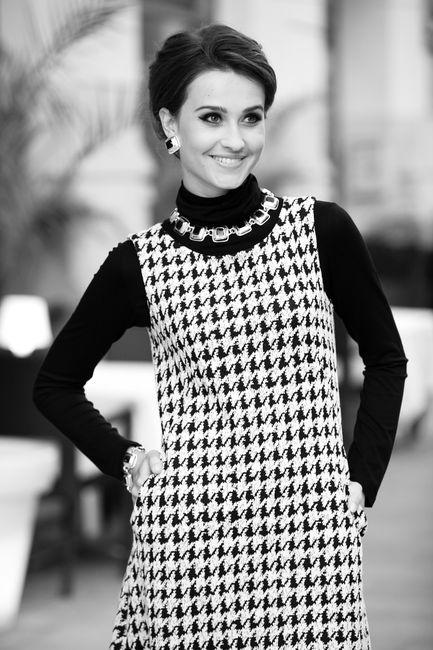 Fotografia mody, czarno białe zdjęcie pięknej modelki w czarno białej kreacji