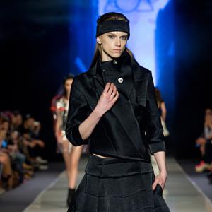 Fashion, modelka w czarnym stroju