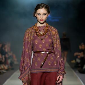 Fashion, modelka w bordowym stroju