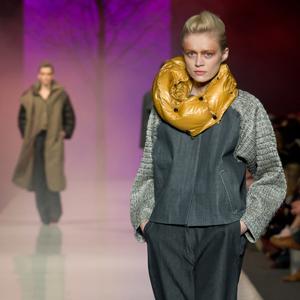 Fotografia mody, modelka w szarym stroju i żółtym szalu