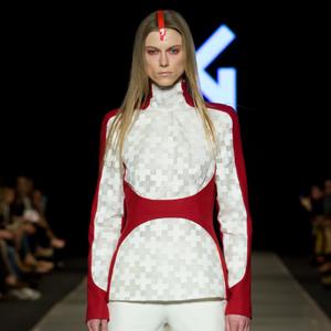 Fotografia mody modelka w biało czerwonym stroju na wybiegu