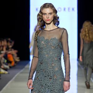 Fotografia mody, modelka na wybiegu w szarej sukni i czarnych rajstopach we wzorek