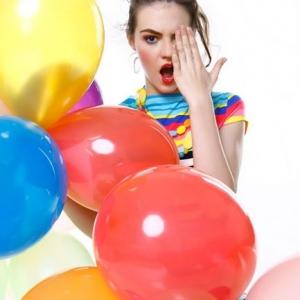 Fashion, modelka wśród kolorowej stylizacji z balonami