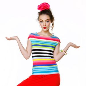 Fotografia mody, modelka w czerwonych spodniach