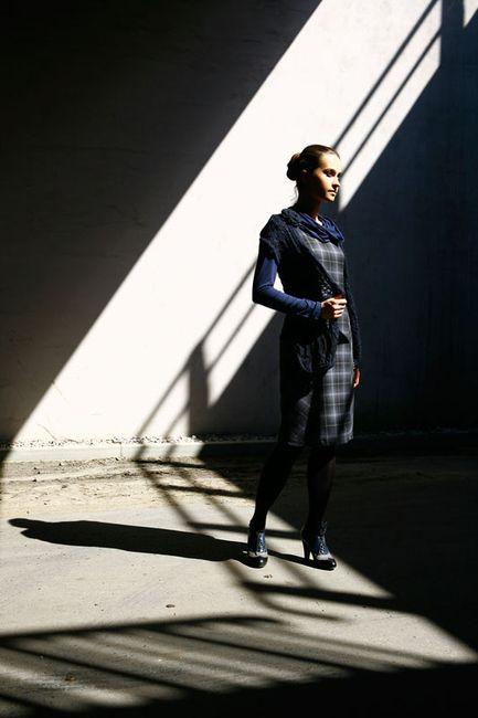Fashion, modelka w sukni w kratę