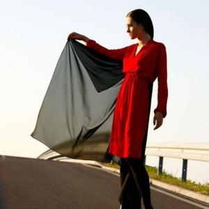Fotografia mody, modelka na ulicy w czerwonej sukni