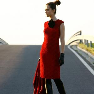 Fotografia mody, modelka w czerwonej sukience i skórzanych butach stojąca na ulicy